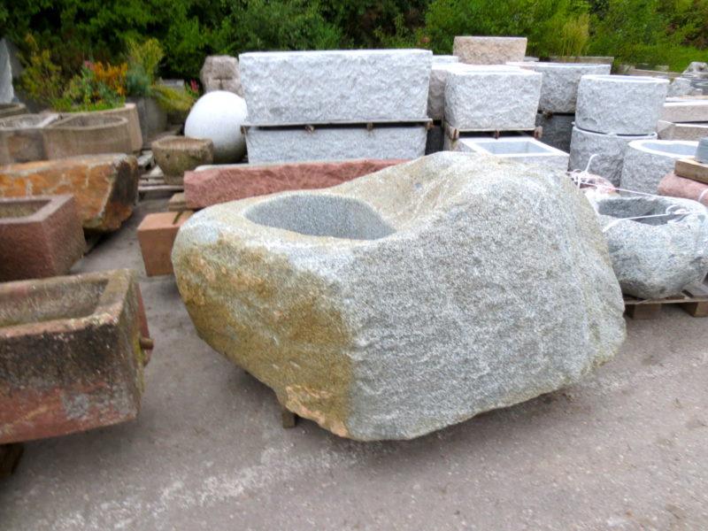 Brunnen aus großem Granitfindling
