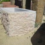 Granitbrunnen, eckig mit den Maßen 100×60 h50, Außenfläche des Brunnen ist spaltrauh, die Innenseiten geschliffen.
