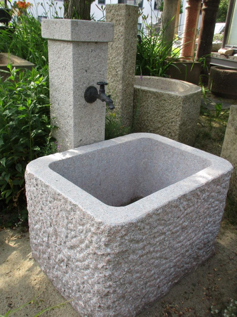 Granitbrunnen für den Garten, mit den Maßen 80x60x50 cm, außen spaltrauh, innengeschliffen