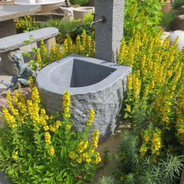 Granitbrunnen halbrund mit den Maßen 72x62xh60 cm, Innen geschliffen außen spaltrauhe Oberfläche