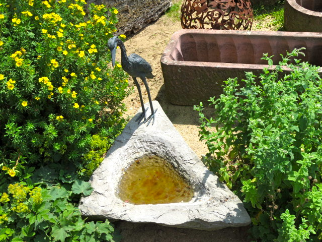 vogeltraenke-aus-sandstein-mit-reiher