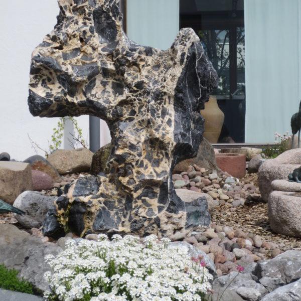 Wasserspiel-Quellstein aus Kalkstein, ein Eyecatcher für den Garten