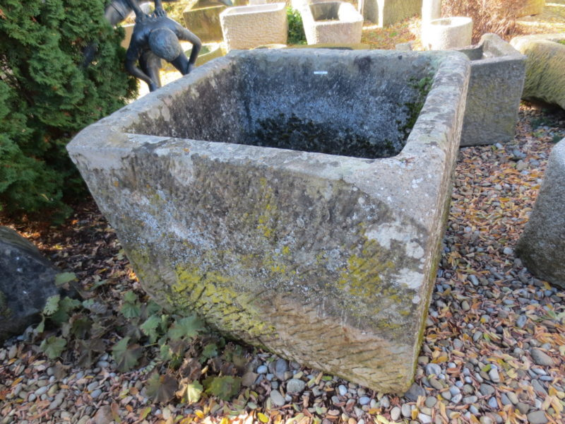 Antikbrunnen mit schöner Maserung und Strucktur