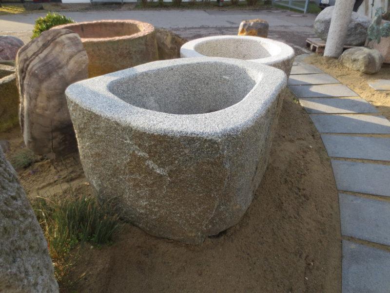 Findlingsbrunnen für den Garten aus bayerischem Granit mit Kruste