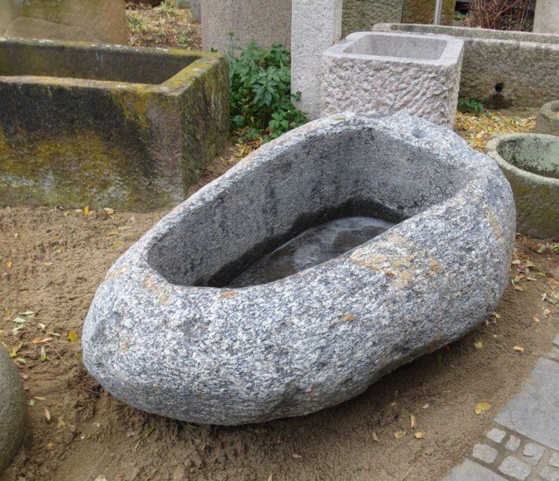 Granitbrunnen oval aus Schweden, mit schöner Maserung