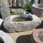 Findlingsbrunnen aus rötlichem Granit