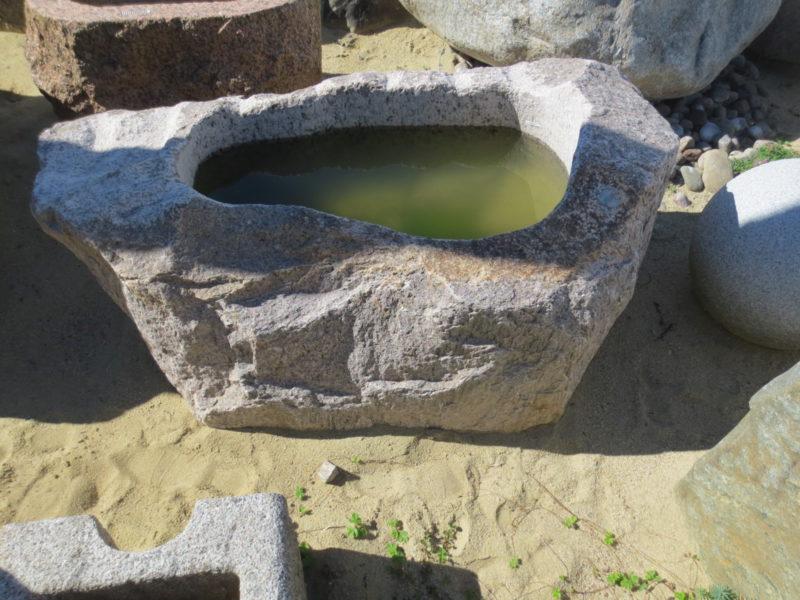 Findlingsbrunnen aus rötlichem Granit (2)