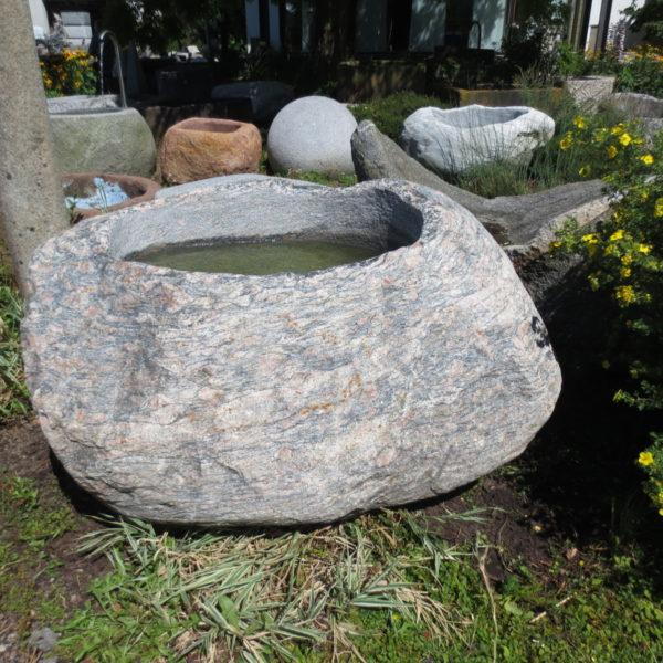 Findlingsbrunnen groß aus rötlichgrauem Granit