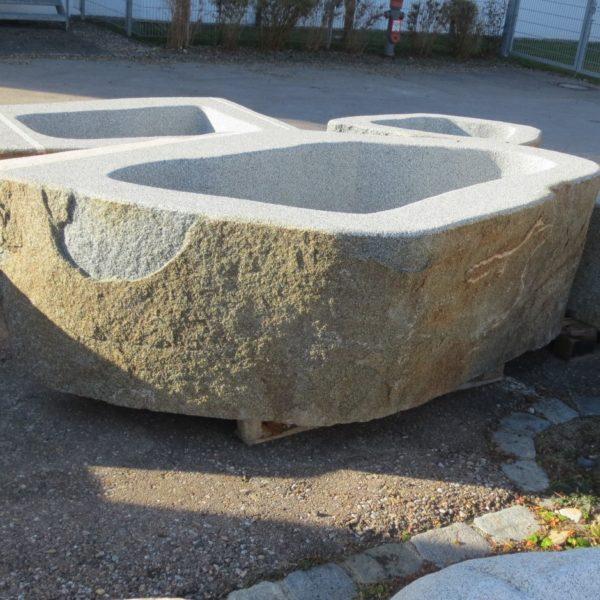 Brunnen-aus-Granitfindling-gross-226x152h71-BWk011-3-1.jpg