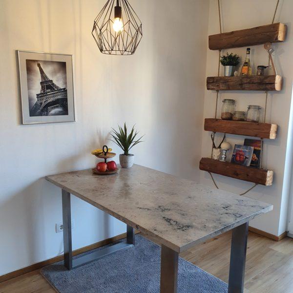 Tisch aus hochwertigem Naturstein mit eleganten Edelstahlfüßen