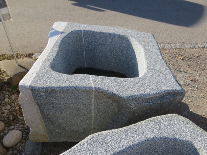 Brunnen-aus-Granitfindling-103x94h63-BWk008